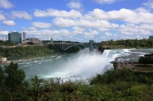 Blick über die Niagara Fälle zur Rainbow Bridge, Kanada und Obervation Tower